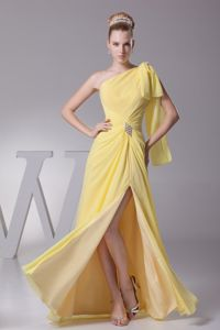 Single Shoulder High Slit Yellow Senior Grad Dresses with Bowknot