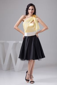 Special Yellow and Black Short Graduation Dresses with Flower
